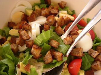 Салат цезарь с курицей с сухариками