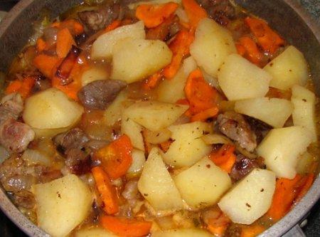 Мясо с картошкой тушеное