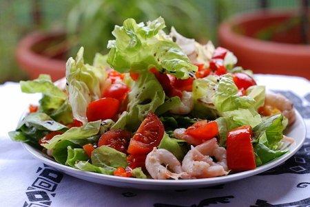 ...день средиземноморской кухни, и мы приготовим вкусный и питательный салат с морским коктейлем и овощами.
