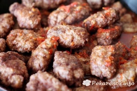 Нежные котлеты из говядины под томатным соусом