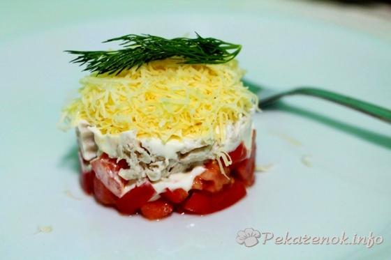 Слоеный салат с томатами и курицей