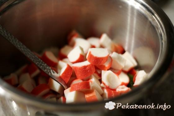Классический салат с крабовыми палочками